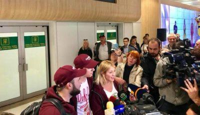 Membrii trupei DoReDos au revenit acasă de la Lisabona. Aceștia au fost întâmpinați cu aplauze pe Aeroportul din Chișinău