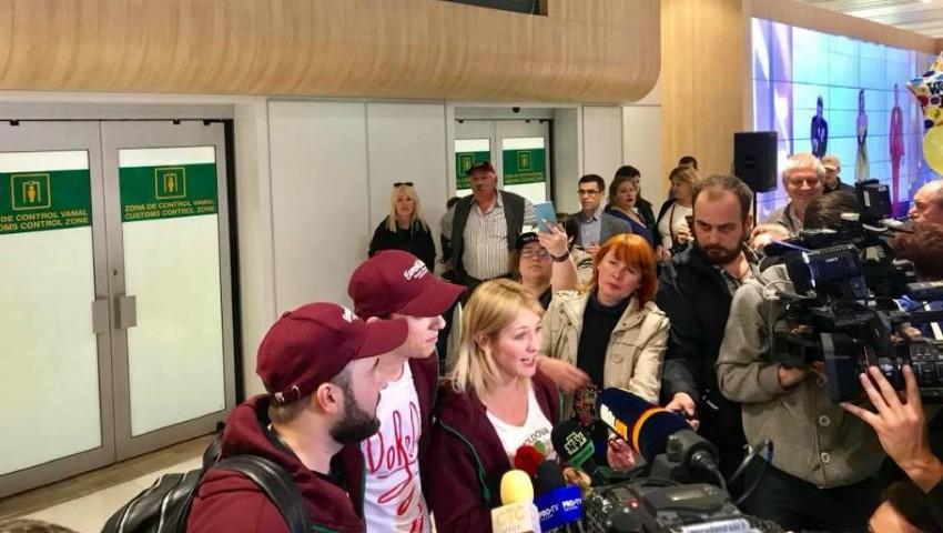 Foto: Membrii trupei DoReDos au revenit acasă de la Lisabona. Aceștia au fost întâmpinați cu aplauze pe Aeroportul din Chișinău