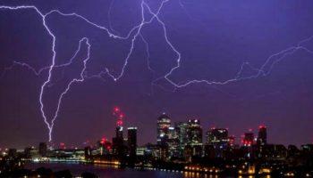Marea Britanie a fost lovită de o furtună puternică! Cerul a fost brăzdat de  aproximativ 15.000 de fulgere
