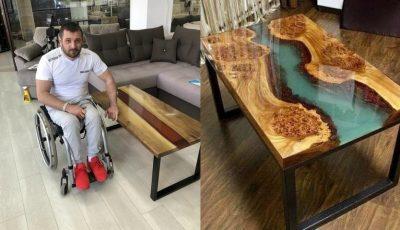 Un tânăr în scaun cu rotile confecționează mese din lemn și sticlă, ca să adune banii necesari pentru operație. Lucrările sale sunt uimitoare!