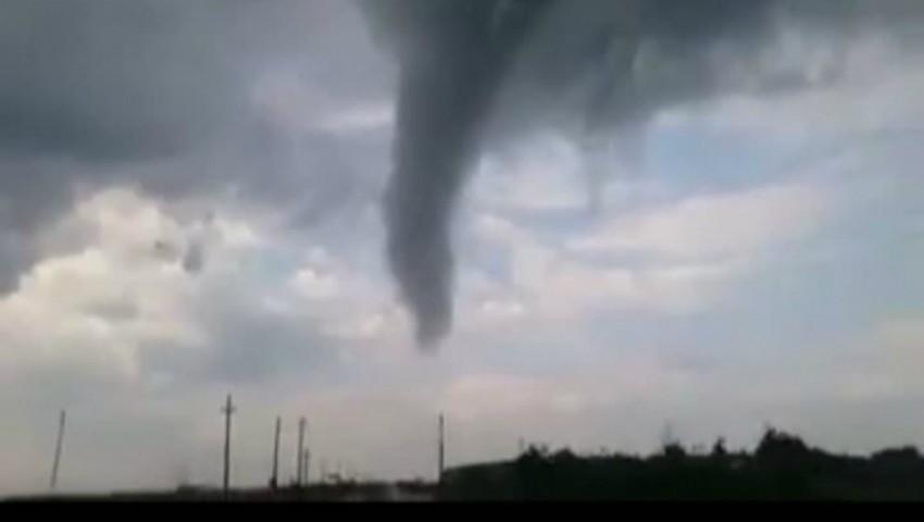 Foto: Video! O tornadă puternică s-a produs aproape de Moldova