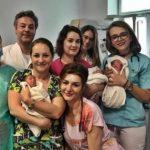 Foto: Emoțiile unei mame care a născut trei fetițe identice. Se întâmplă o dată la 100.000 de nașteri!