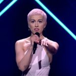 Foto: Un individ a urcat pe scenă şi i-a smuls microfonul interpretei din Marea Britanie. Cum a reacționat artista?