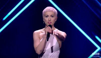 Un individ a urcat pe scenă şi i-a smuls microfonul interpretei din Marea Britanie. Cum a reacționat artista?