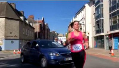 O șoferiță din Marea Britanie a intrat cu mașină printre oamenii care participau la un maraton