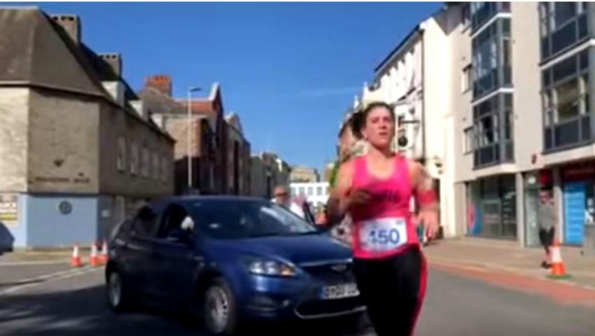 Foto: O șoferiță din Marea Britanie a intrat cu mașină printre oamenii care participau la un maraton