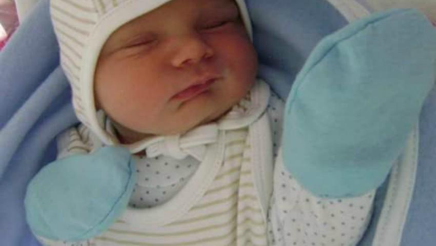 Foto: Un bebeluș s-a născut acasă, iar altul, în ambulanță în drum spre spital