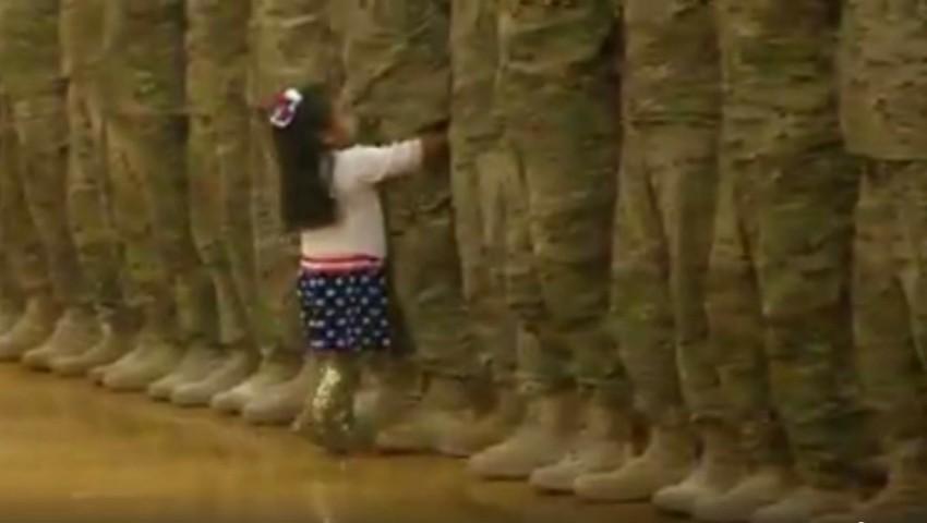 Foto: Video emoționant! O fetiţă întrerupe ceremonia de bun venit a soldaţilor pentru a-şi îmbrăţişa tatăl