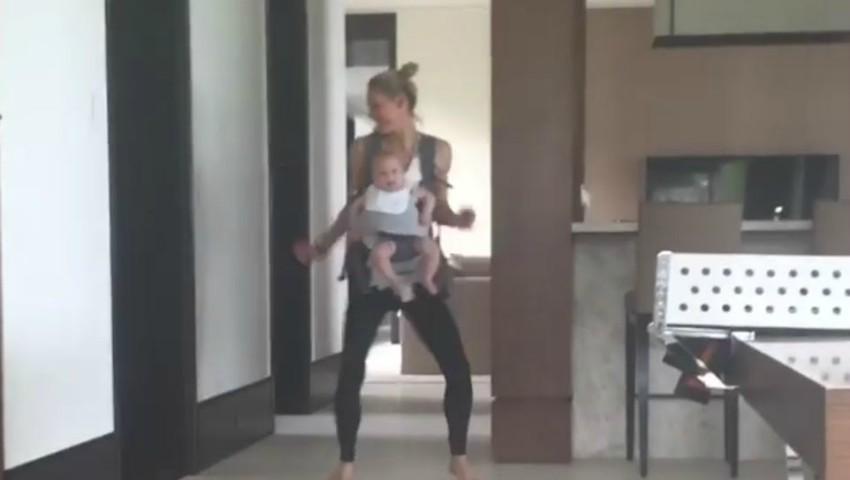 Foto: Video! Anna Kournikova dansează împreuna cu fiica ei de 5 luni. Ce adorabile sunt cele două!