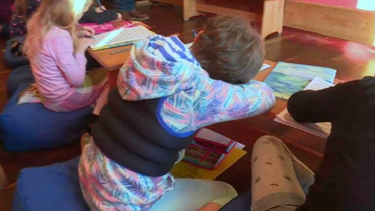 Foto: O metodă controversată în școli. Veste cu nisip pentru copiii hiperactivi