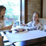 Foto: Discuții ca'ntre fete, la o porție de înghețată cu Aura și gemenele ei