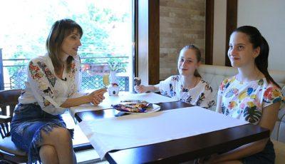 Discuții ca'ntre fete, la o porție de înghețată cu Aura și gemenele ei