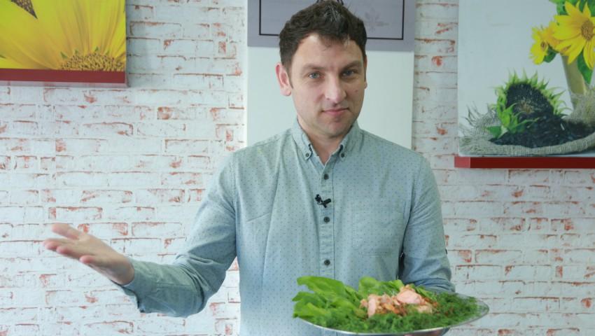 Foto: Rețeta celei mai delicioase salate cu păstrăv și spanac de la Iurie Bădicu