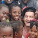 Foto: Dan Bălan, asaltat de micuți în vacanța în Africa