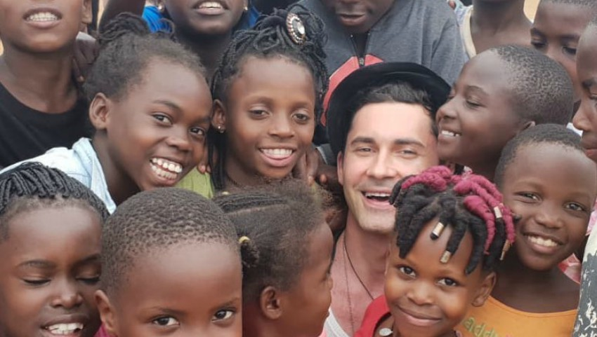 Dan Bălan, asaltat de micuți în vacanța în Africa