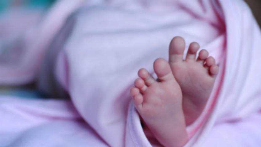 Un bebeluș de două luni a fost găsit fără suflare. Părinții au plecat la muncă și l-au lăsat în grija fratelui său de 13 ani