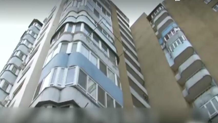 Foto: Un bărbat de 43 de ani a căzut în gol după ce a ieșit pe balcon ca să fumeze