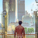 Foto: Un tip pozează gol în diferite locuri din întreaga lume. El spune că vrea să-i ajute pe oameni să trăiască mai bine