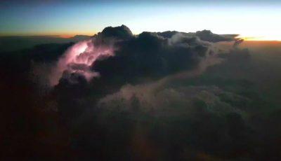 Cum arată fulgerul văzut deasupra norilor. Vezi imagini spectaculoase filmate de către un aparat de zbor!