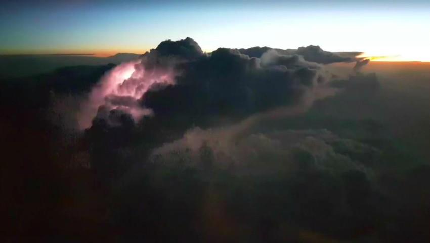 Foto: Cum arată fulgerul văzut deasupra norilor. Vezi imagini spectaculoase filmate de către un aparat de zbor!