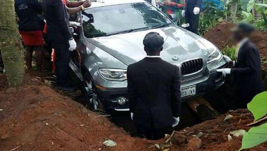 Foto: Un tânăr și-a îngropat tatăl cu tot cu BMW-ul de 70.000 de euro
