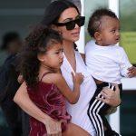 Foto: Kim Kardashian i-a întins părul cu placa fiicei sale