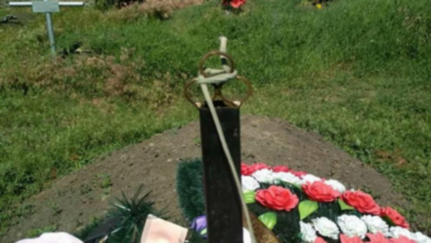 Foto: Un bărbat de 49 de ani s-a spânzurat, în cimitir, de crucea soției