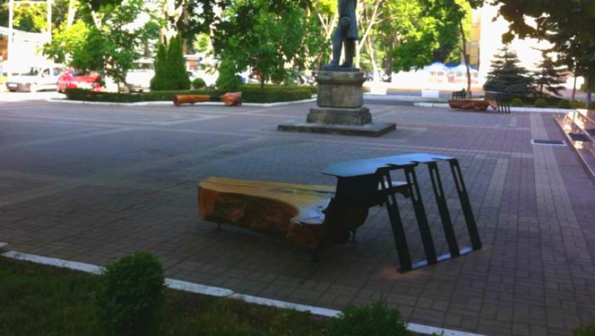"""Foto: Platanul din scuarul Bibliotecii Naționale a revenit ,,acasă"""". Cum arată băncile confecționate de Mihai Stamati?"""