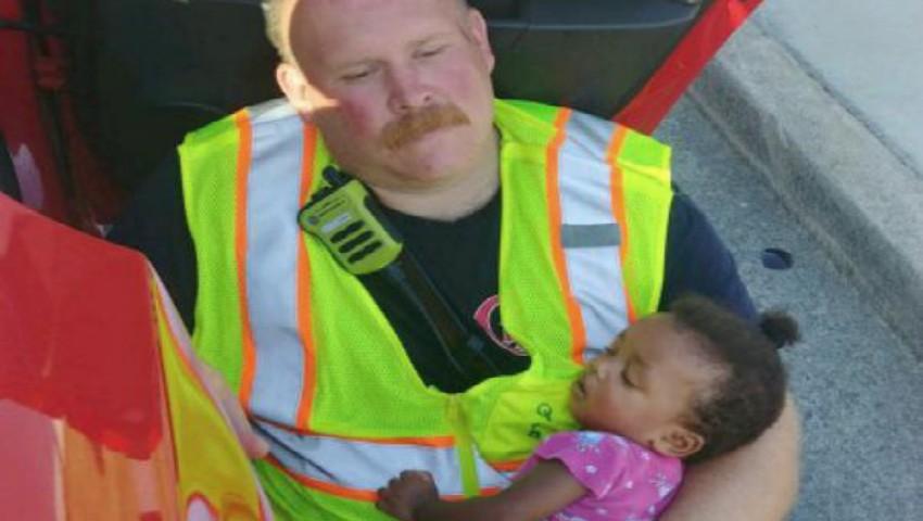 Foto: Povestea din spatele imaginii cu pompierul care ține un copil în brațe, după un accident