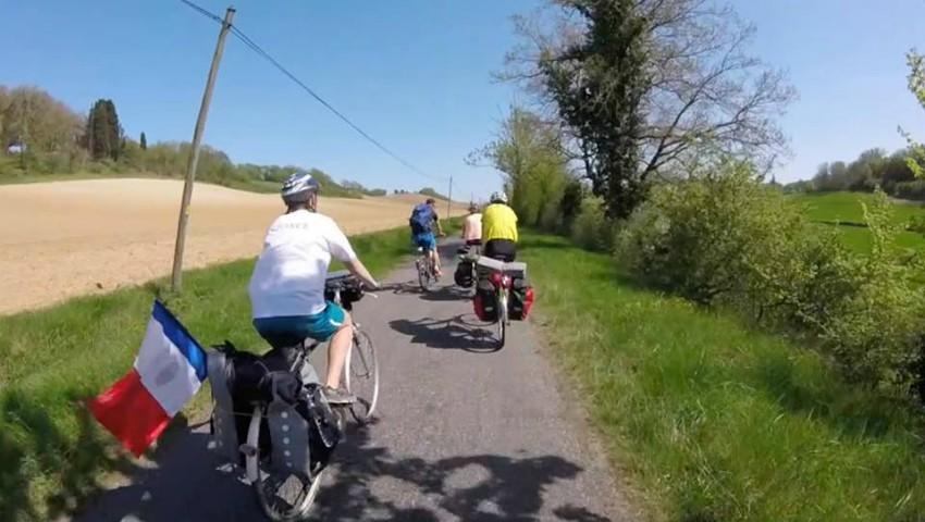 Foto: Cinci tineri francezi vor parcurge pe biciclete 3.500 de km pentru a oferi ajutor copiilor din școala Zberoaia