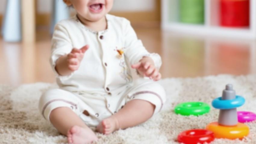 Foto: Un bebeluș de 7 luni s-a sufocat cu un dop de plastic