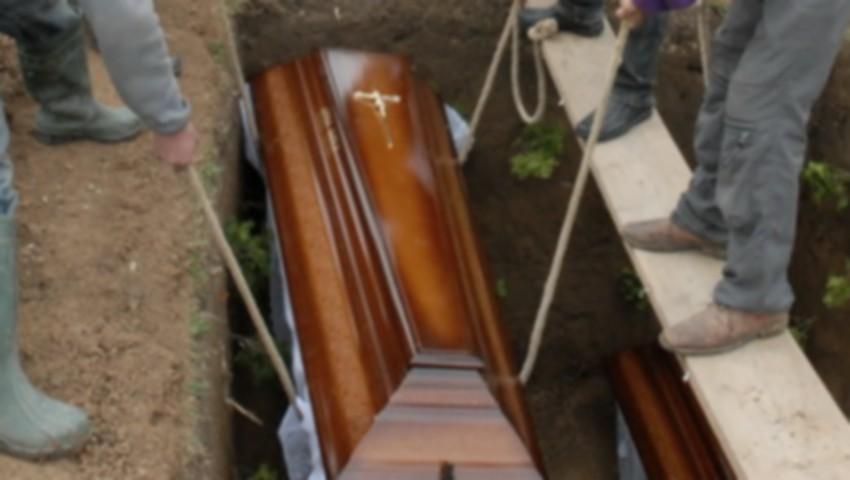 Foto: Imagini șocante. Un bărbat a murit strivit de sicriu, la înmormântarea mamei sale