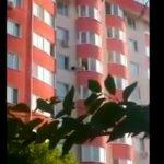 Foto: Video! Momentul în care un bănuit în dosarul ASEM îi transmite vecinului, peste balcon, o geantă și o cutie