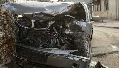 Accident în centrul Capitalei! Un șofer a intrat cu mașina într-un copac