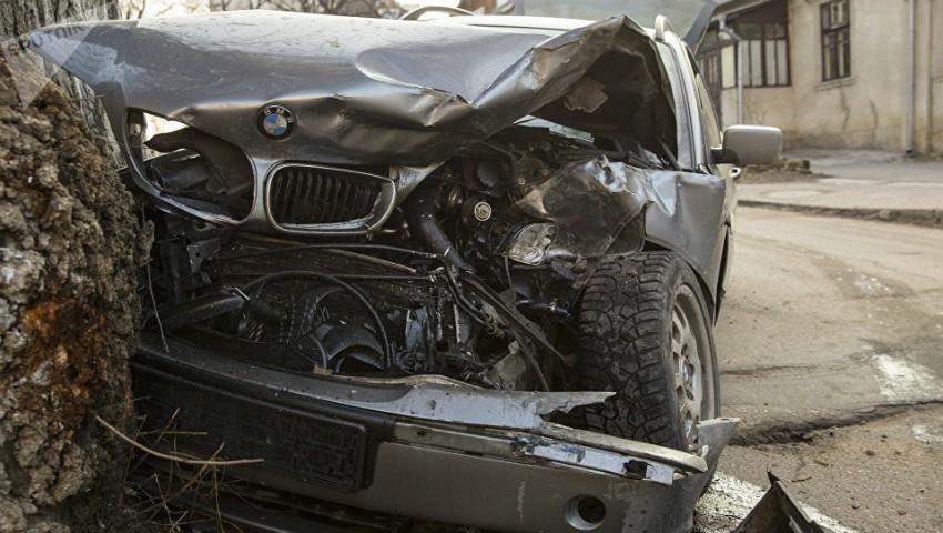 Foto: Accident în centrul Capitalei! Un șofer a intrat cu mașina într-un copac