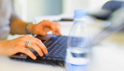 Angajatorii sunt obligați să le asigure salariaților câte 2 litri de apă minerală pe zi, în perioada de vară