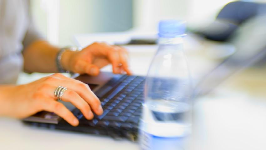 Foto: Angajatorii sunt obligați să le asigure salariaților câte 2 litri de apă minerală pe zi, în perioada de vară