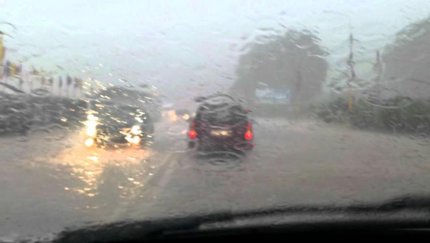 Foto: La Bălți a plouat cu găleata. Străzile s-au transformat în adevărate râuri. Video