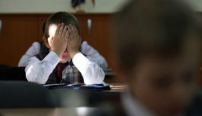 Violență într-o școală din Moldova: copiii sunt trași de păr, pișcați și loviți cu capul de mese