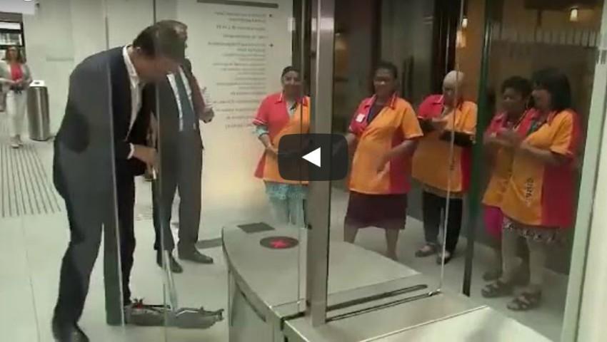 Foto: Video. Premierul Olandei a spălat singur podeaua în Parlament, după ce a vărsat cafeaua