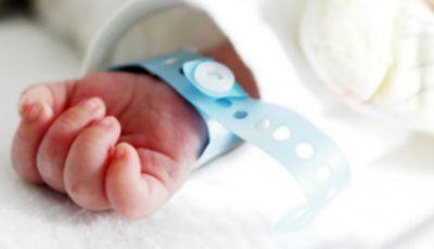 Un bebeluș a murit la naștere din cauza cordonului din jurul gâtului. Părinții acuză medicii că le-au refuzat cezariana