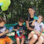 Foto: Cum scapă familia Manciu de dușmanii sezonului estival!