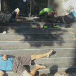 Foto: Mai mulți tineri drogați au fost găsiți în stare de inconștiență pe o stradă din Capitală