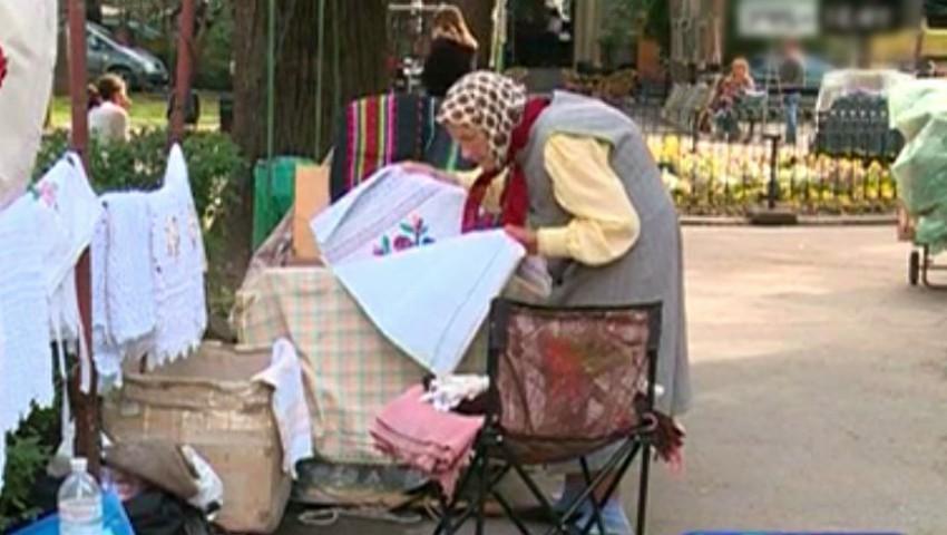 Foto: O bătrânică își vinde lucrurile pregătite pentru înmormântare ca să poată supraviețui