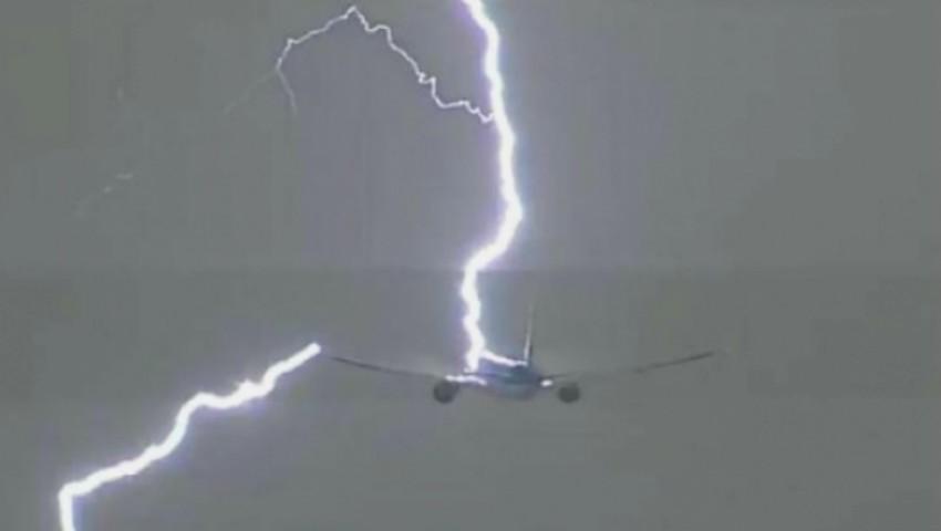 Foto: Un avion a fost lovit de fulger la scurt timp după decolarea de pe Aeroportul Chișinău