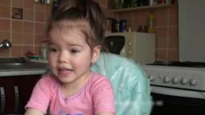 Foto: Video! O fetiță de 2 ani recită în întregime poezia Luceafărul