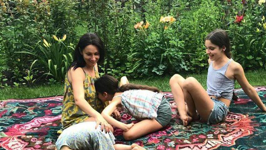 Foto: Nata Albot deapănă amintiri frumoase despre covorul țesut de bunica sa