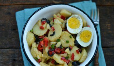Rețetă perfectă pentru vară! Salată de cartofi noi cu ardei și ouă fierte
