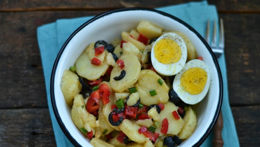 Foto: Rețetă perfectă pentru vară! Salată de cartofi noi cu ardei și ouă fierte