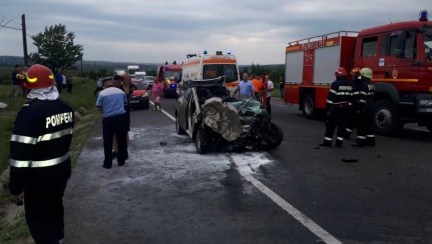 Foto: Un autocar plin cu moldoveni, implicat într-un grav accident la Iași